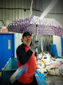 Austin et un parapluie retrouvé dans la ligne de tri des fibres